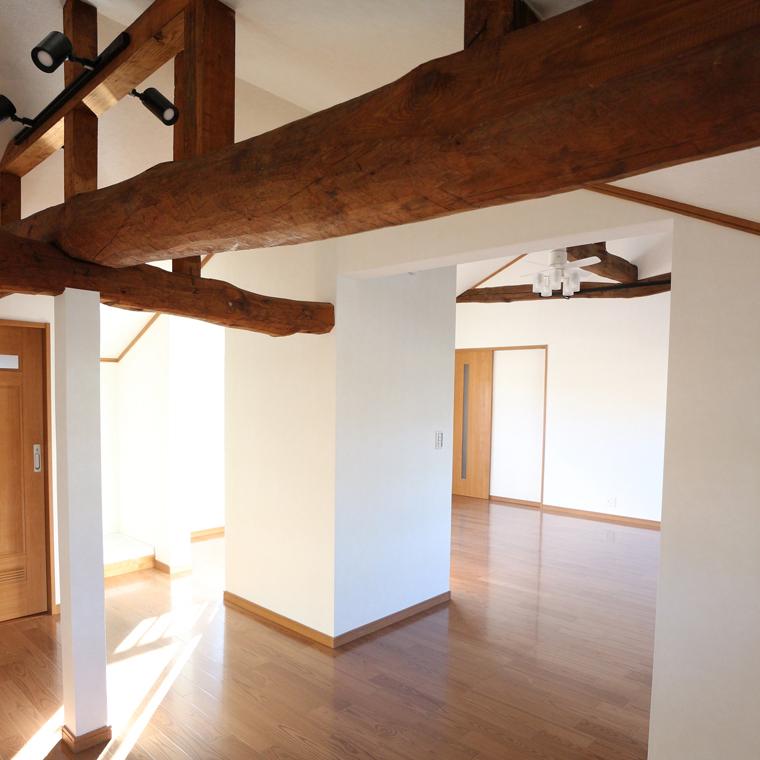 勾配天井で、大解放空間のある家
