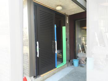 施工中の玄関サッシ。LIXILリシェントを採用。