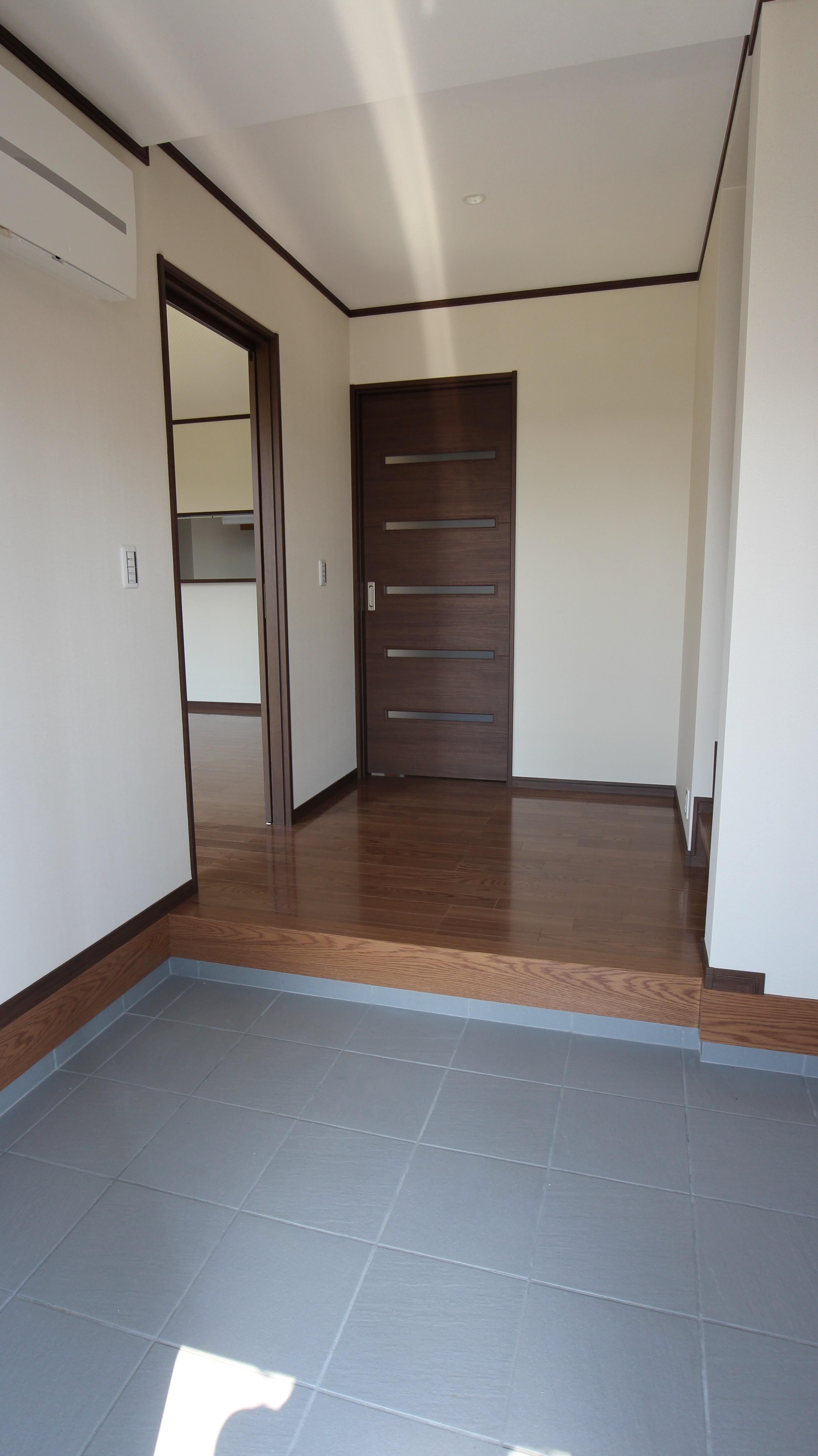 工事後の玄関。テーブルと、椅子2脚おけるスペースを確保。