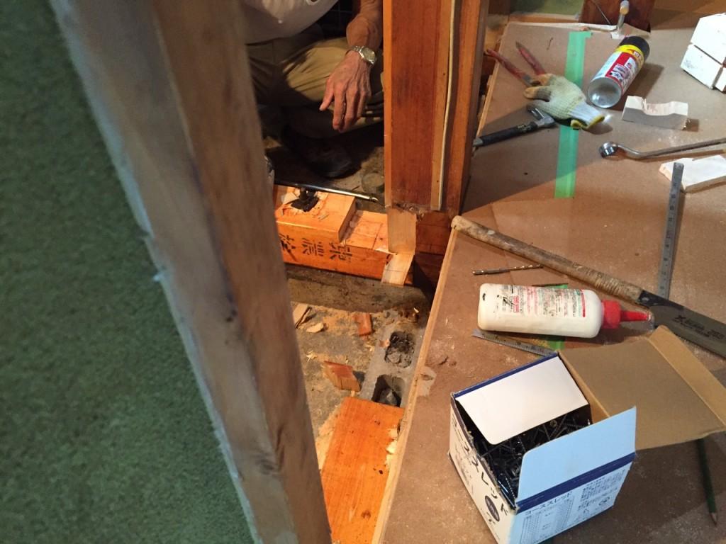 敷居が白蟻により腐食していましたので補修を施しました