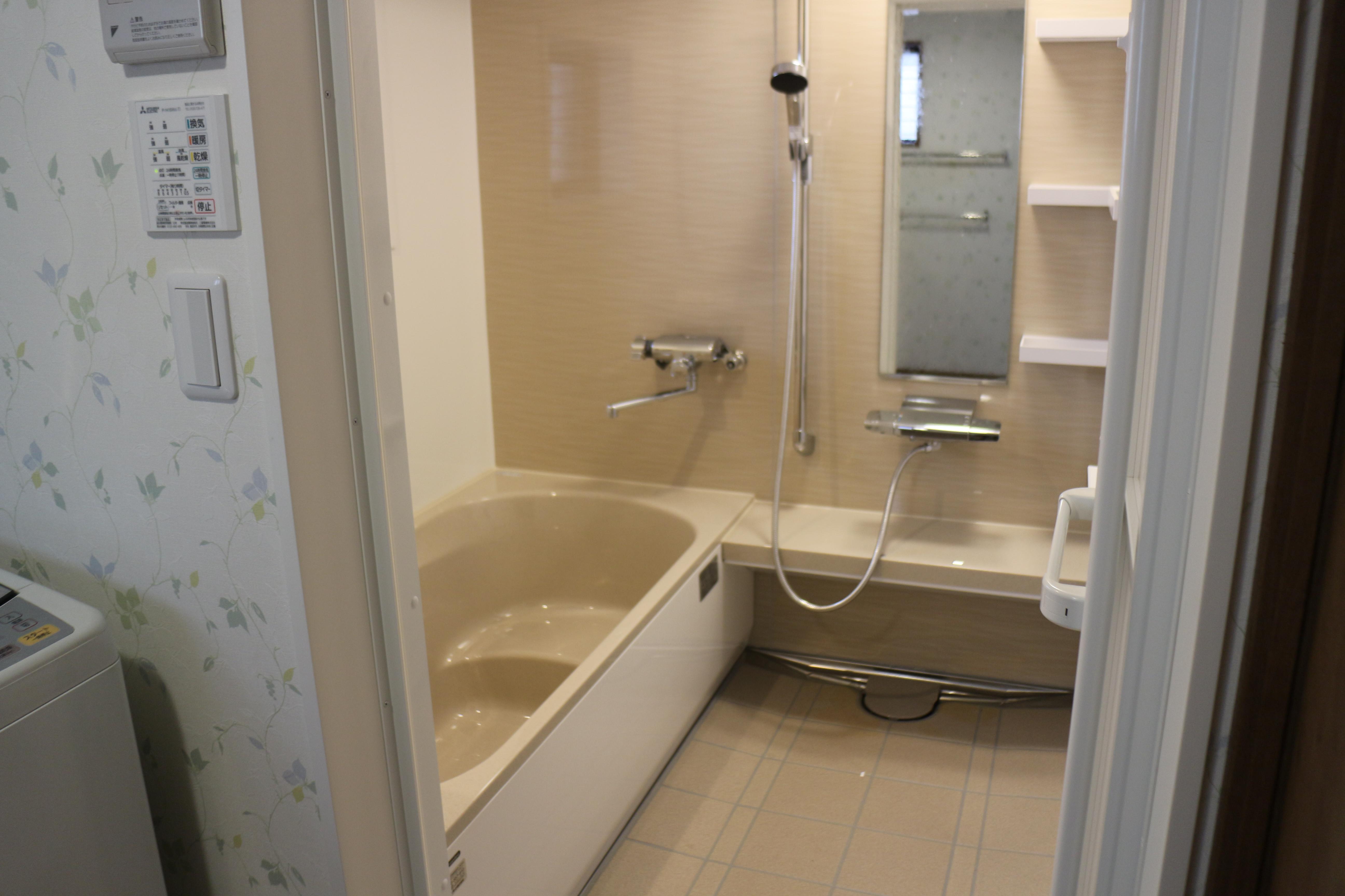 浴室 After<br>  広くなり、足がのばして入れる寛げる浴室になりました
