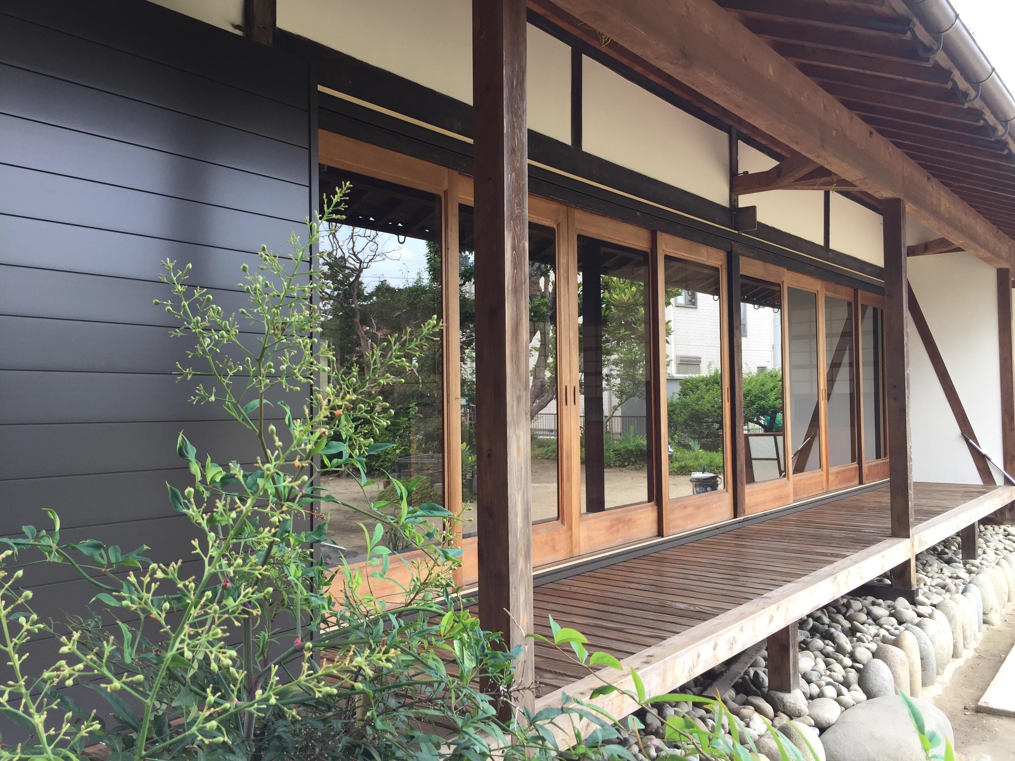 南側の広縁 壁を漆喰仕上、木製雨戸を取り替えました。