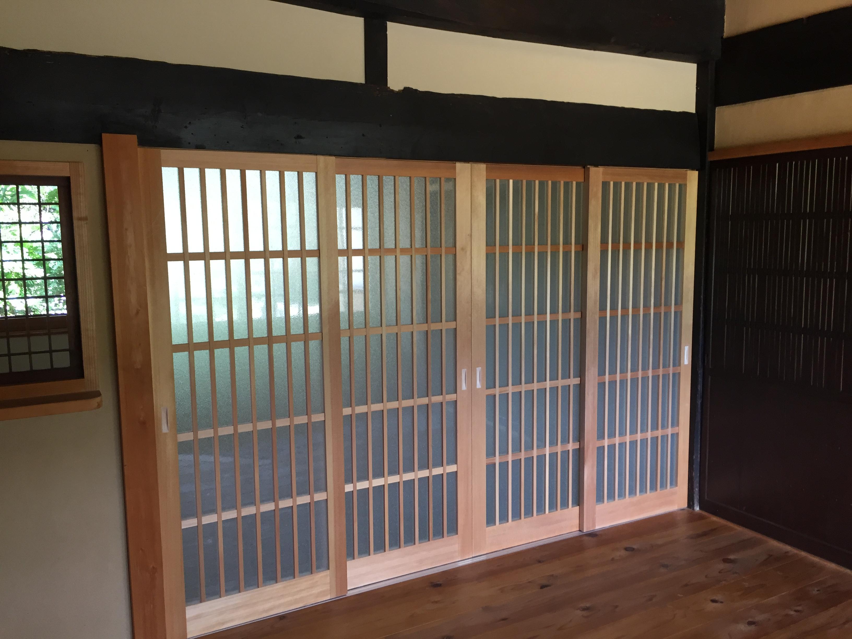 玄関前の木製建具