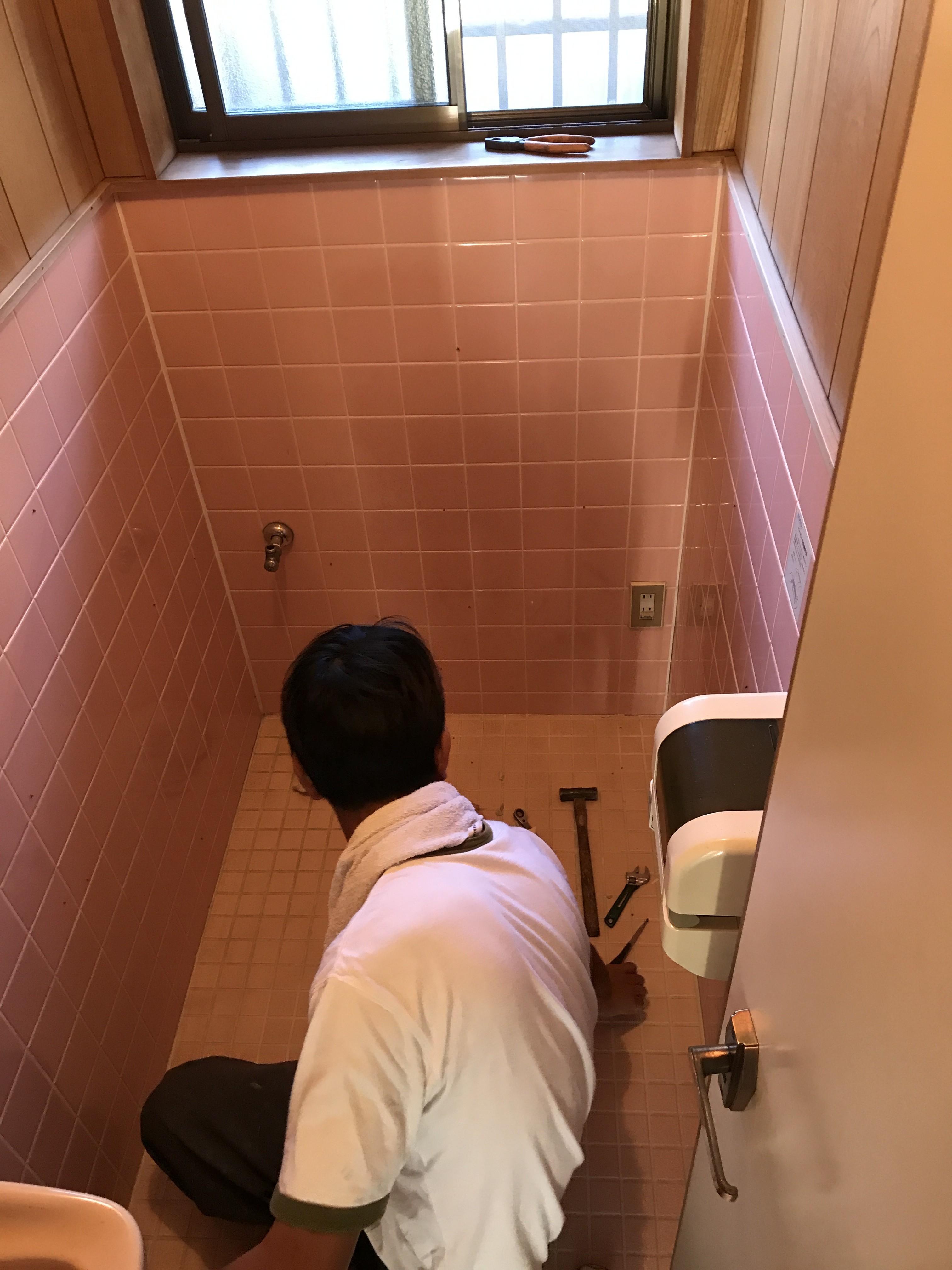 トイレを取り外し、この後タイルを斫ます。