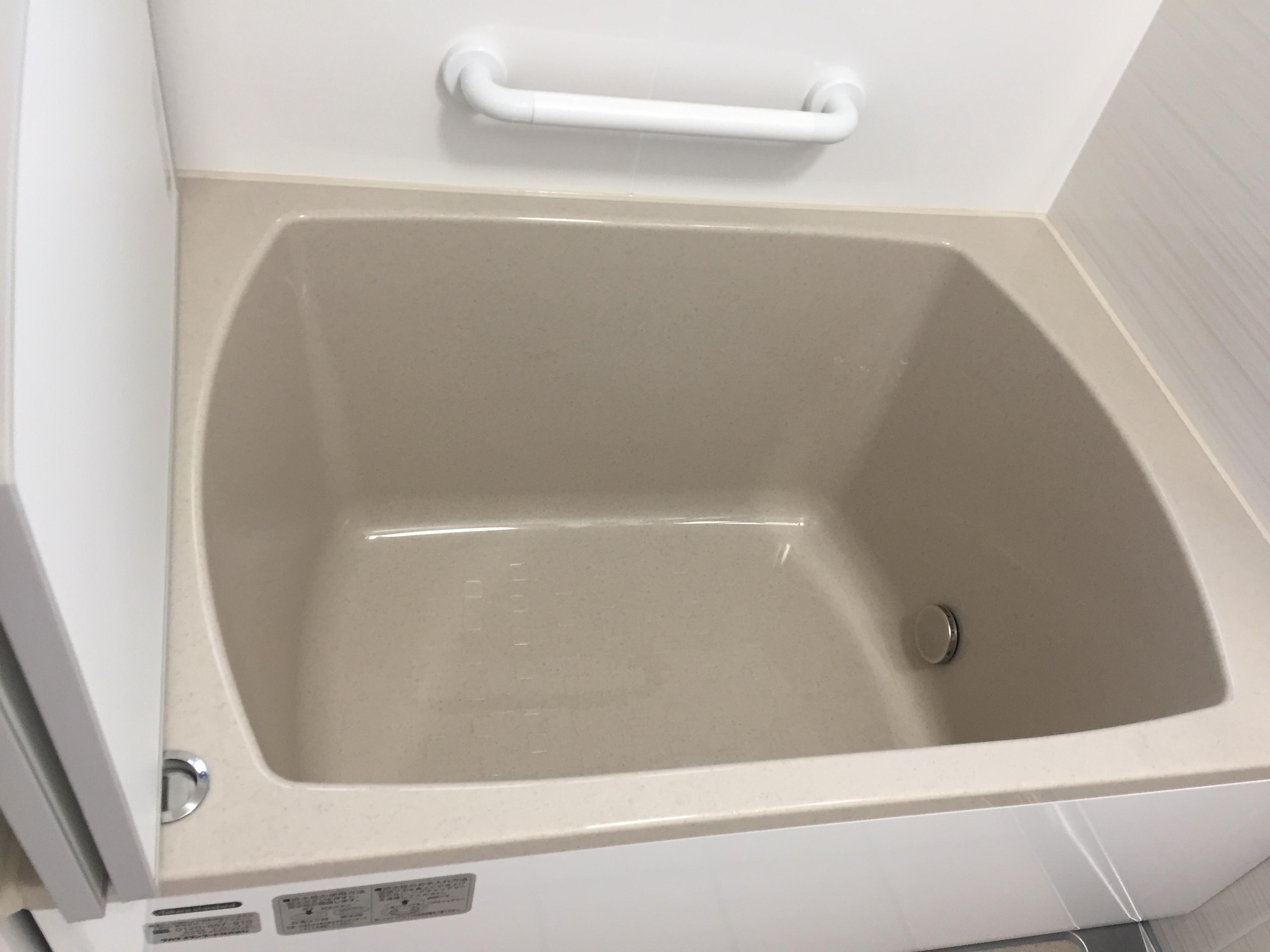 after<br> 浴槽は浅めでお体に負担の少ないものをチョイス<br> 手摺もつけ、安全にご入浴いただけるようになったと思います